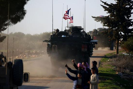上周末,美国装甲车在叙利亚北部曼比季(Manbij)