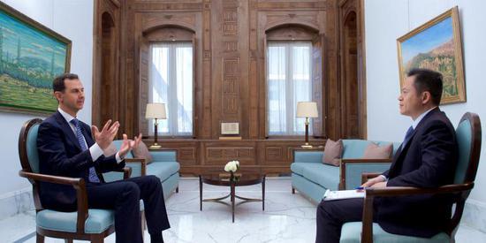 叙利亚总统阿萨德(左)日前接受媒体采访