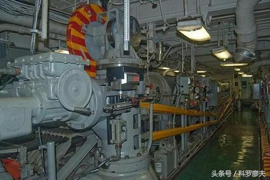 图片:布置在甲板下面的航母拦阻机系统。