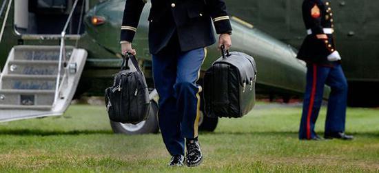 一名军官拎着总统核手提箱。