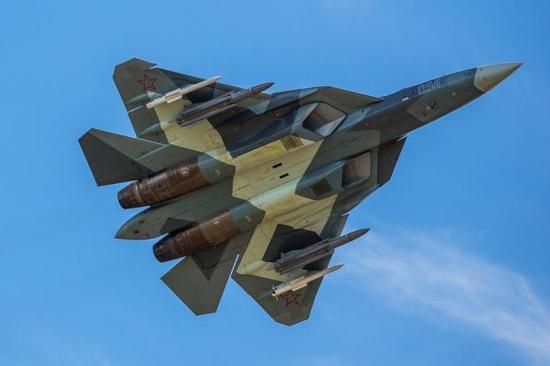 俄罗斯研发的T-50在试飞中挂满武器很威武