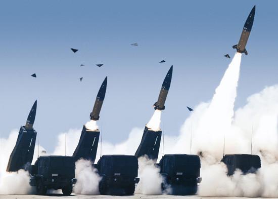 动态远程火箭炮发射图片_中国军方公开新型远程火箭炮群发射画面