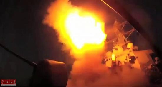 图为网络上公开的美军战舰向叙利亚发射战斧导弹视频截图。