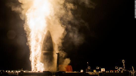 """3月17日,美国""""约翰·包括·琼斯""""号驱逐舰测试了一枚拦截导弹(资料图)"""
