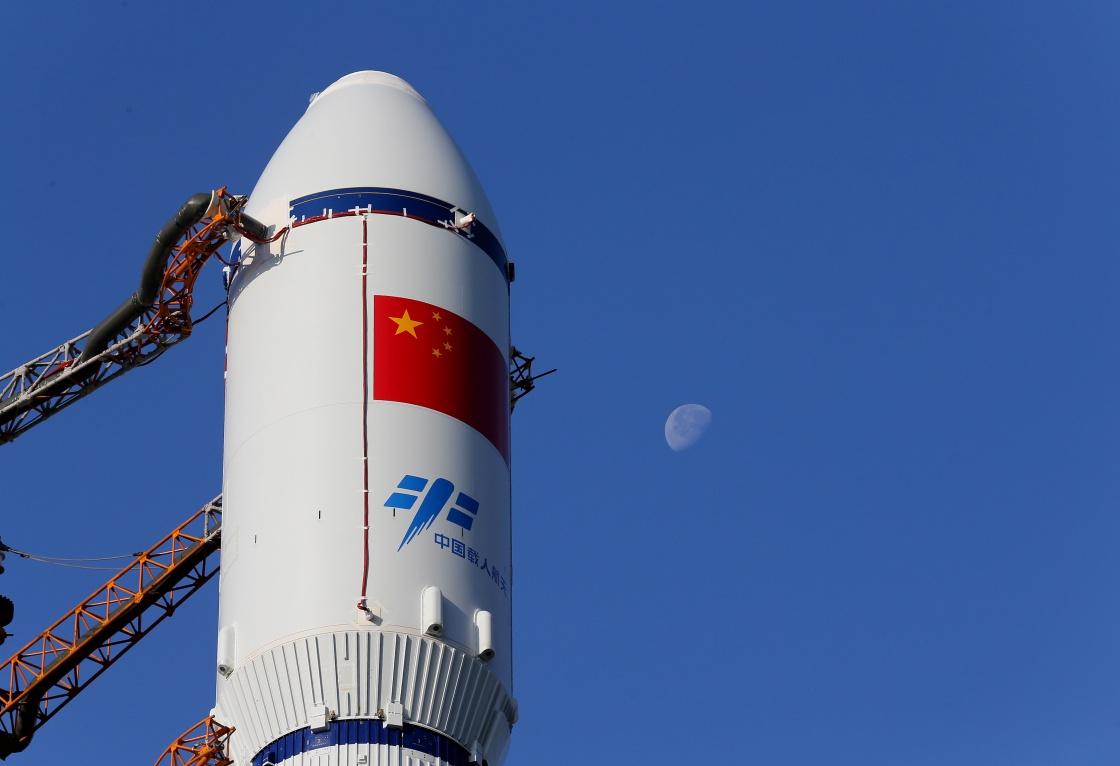 天舟一号货运飞船在长征七号火箭的顶端待发。