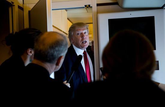 特朗普在空军一号上对记者讲话