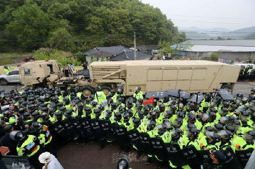 """4月26日,在韩国庆尚北道星州郡,""""萨德""""反导系统片面装备在警察的保护下陆续运往""""萨德""""系统安插地星州高尔夫球场。 (新华网/路透社发)"""