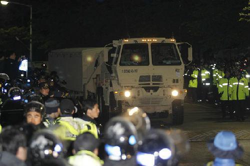 """4月26日早晨,驻韩美军输送""""萨德""""X波段雷达的车辆驶向星州高尔夫球场。(图片源自:韩国《中间日报》)"""