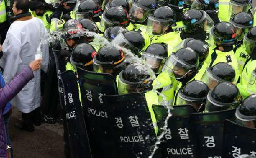 """26日,韩国警方搬动数千名警察关闭道路,并与本地反""""萨德""""人士爆发抵牾。(新华网/韩联社发)"""
