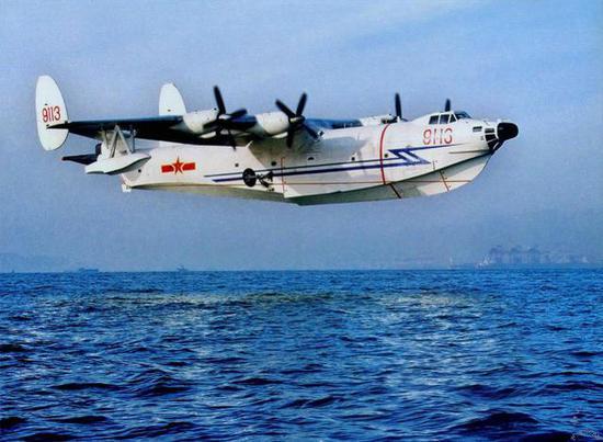 图片:飞翔的水轰-5,与实际使用情况来说,这更多是一种情怀。   蛟龙水上飞机定位为民用飞机,更多地将应用在森林灭火和水上救援方面。AG600飞机低空巡航速度460公里/小时,最大航程超过4000公里,还具有可达性、机动性好,搜索范围广、搜索效率高,安全性高,装载量大等优点。   随着中国在南海建礁工程的推进,南中国海上更多海上驻点需要远程补给、救援服务,这才是AG600的主要用途,而像水轰-5一样直接用于反潜、反舰作战已经不再适合现代战场。   另外,中国海军航空兵缺少海上救援能力,飞行员海上失