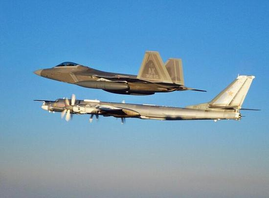 美国先进的F-22拦截老旧的俄罗斯图-95轰炸机