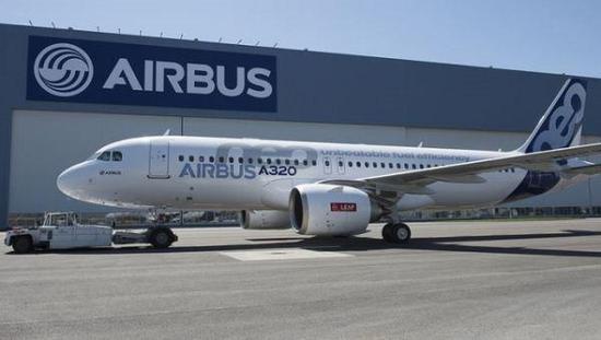 以A320NEO系列为例,相比于原本的A320:1、提供了全新一代的航发系列选项,可以显著降低油耗;2、对机翼进行了全新设计,包括所谓的翼端帆,可以有效改进飞行气动效率;3、在机身上大量采用新材料,包括复合材料和新型合金材料,在降低重量的同时降低维护成本;4、改进机舱设计,提供更佳的行李空间与更安静的客舱,提供乘客更为现代化的使用体验。   可即便是这种几乎涉及到飞机方方面面的大改升级,其开发时间也不过是45个月而已,基本没有遇到什么显著的项目延迟,取证审核也非常顺利。首飞至今不到两年半,已经手握超