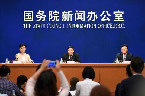 5月12日,国务院新闻办公室在北京举行吹风会,请财政部副部长朱光耀(右二)、商务部副部长俞建华(右一)介绍中美全面经济对话框架下经济合作百日计划早期收获相关情况,并答记者问。(新华社发)