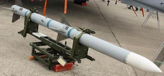 图:AIM120导弹采用了传统的火箭发动机技术路线,但不断改进后的性能也很好。目前国内主流的空空导弹发动机设计思路,和AIM120系列是同一个方向的。