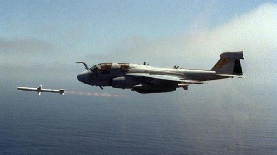 美国空军很快就会自己的短视认为付出了代价,在科索沃战争之中,一架F-117A隐身战斗机被南联盟防空部队击落,战后美国空军总结经验教训就是当时缺少电子战飞机进行掩护,所以美国空军要借用海军航空兵电子战飞机提供电子干扰掩护,现在则强调让F-35具备防空压制能力,并将其作为F-35形成战斗力重要指标之一,根据海外媒体报道,在前不久美国空军举行的演习之中,F-35成功完成了多次防空压制任务,投放弹药攻击了51座防空导弹系统,摧毁了其中49座。   从海内外媒体报道来看,中国空军和海军航空兵组建一些电子战飞机分