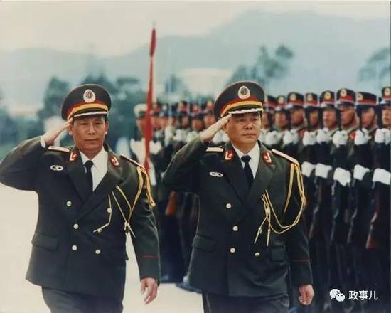 时任司令员刘镇武(右)与时任政委熊自仁