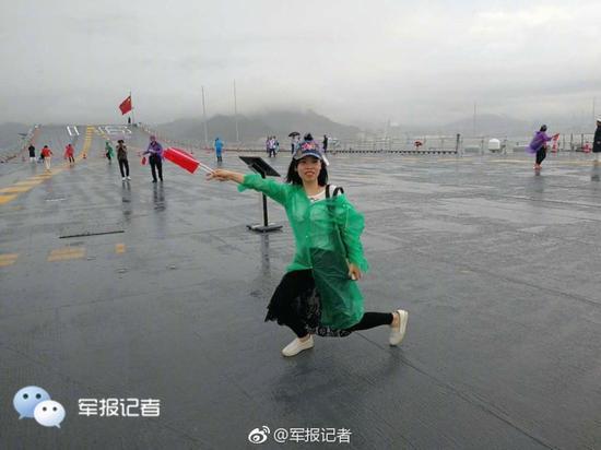 大雨无法阻挡参观航母热情 香港民众模仿航母style