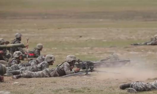 营属89式12.7毫米重机枪进行火力掩护