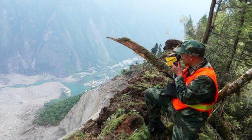 四川茂县救援中,黄金部队6名官兵冒着生命危险,昼夜兼程,历时13小时登上海拔3455米的滑坡顶,及时向抗灾指挥部传回了实地勘察数据。吴晓康摄