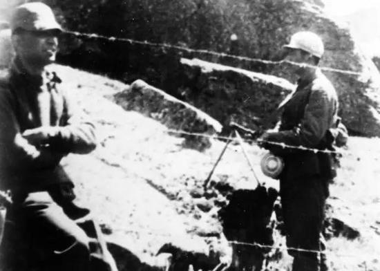 1962年,解放军看押印军俘虏