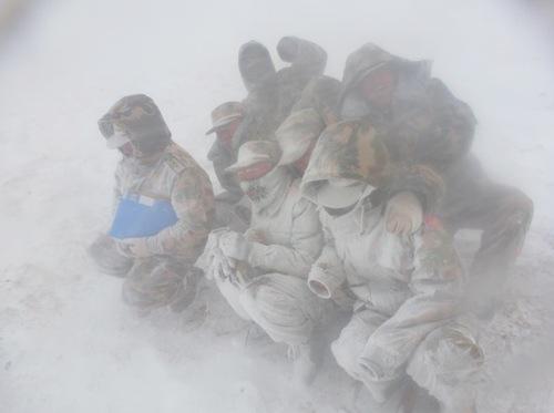 正值各地高温酷暑难耐之时,某高原地区,执行军事地质调查任务的黄金官兵身穿单衣,时常遭遇暴风雪袭击。图为官兵途中遇到暴风雪瞬间。周德富摄