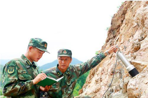 物理伽玛能谱测量是军事地质调查的一种有效手段,图为官兵正在野外进行实地勘测。柳睿荣摄