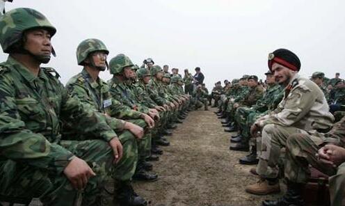 中印军队边境坐凳对峙照片不实 系13年前旧照(图)