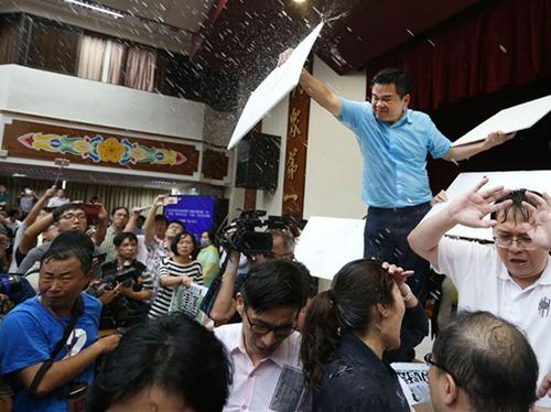 """台湾立法机构""""水球大战""""现场。(图据台湾联合新闻网)"""