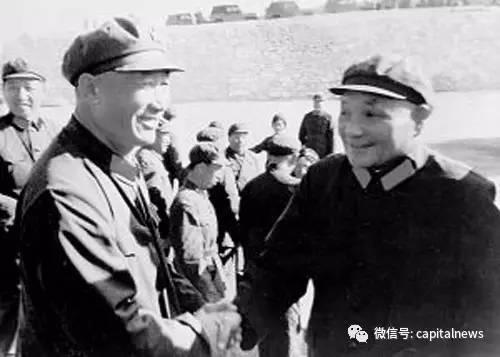 華北演習中鄧小平與周衣冰(左一)握手