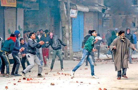 印度抗议民众在克什米尔地区扔石块 砸伤印议员