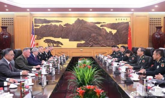 8月15日,中央军委联合参谋部参谋长房峰辉(右二)与美军参联会主席邓福德(左二)举行会谈。图片来源:@国防部发布