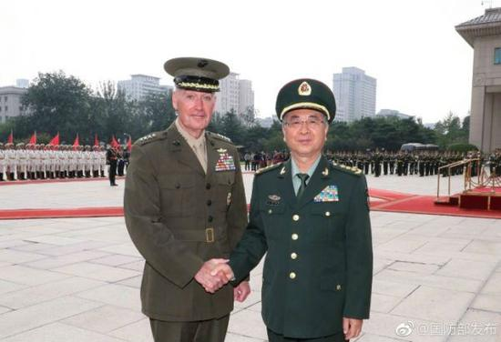 8月15日下午,中央军委联合参谋部参谋长房峰辉(右)为来华访问的美军参联会主席邓福德举行欢迎仪式。图片来源:@国防部发布