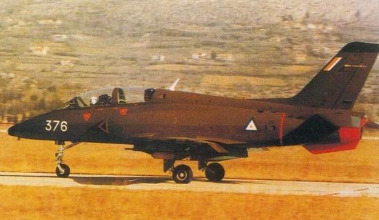 原标题:缅甸一架军用飞机在训练中失联   据缅甸军方消息,一架执行训练飞行任务的G-4喷气式飞机在当地时间今天(5日)早上9点18分失联。   当时天空军执行训练飞行的G-4飞机共有3架,于今天早上从勃生机场起飞,之后其中一架由少校高泰驾驶的G-4喷气式飞机在勃生--汉德达奎-勃生路线上的飞行训练中,于9点18分在勃生市西部36英里处与机场最后一次联系后失联。   为寻找该失联的飞机,缅甸军方已经派出了飞机、直升机进行寻找。到目前为止还没有发现该失联飞机的踪迹。(央视记者 王悦舟)