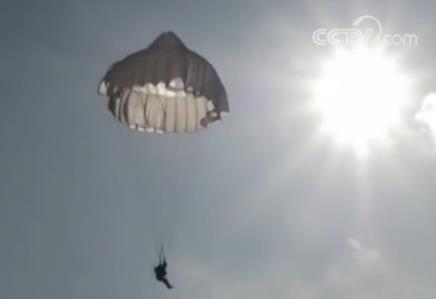 中国特种兵800米低空跳伞:从离机到着陆仅百秒(图)