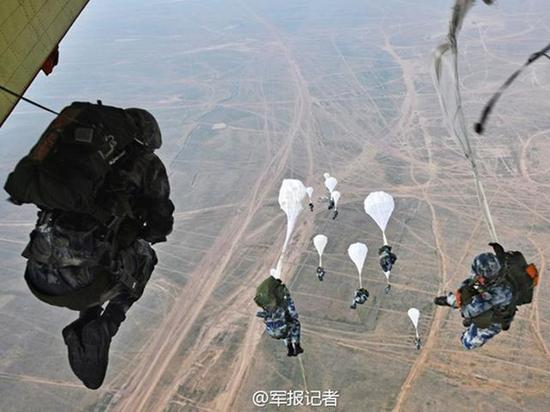 资料图:解放军伞降训练