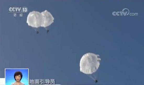 随着离机指令的下达,特战队员依次跳出机舱。由于空中风向多变,风速过大,降落伞在空中不容易控制方向。