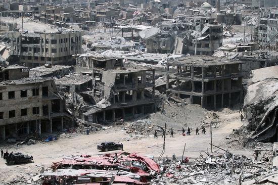7月份刚刚解放的摩苏尔,在攻守双方的反复拉锯战中不但付出了巨大的代价,也把城市打成了一片瓦砾