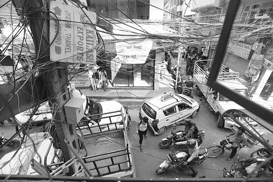 加德满都泰米尔区,一家中餐馆楼下的街景。崔萌摄