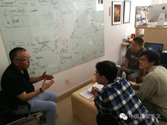 △南仁东(左一)、FAST项目科学家李菂(右一)