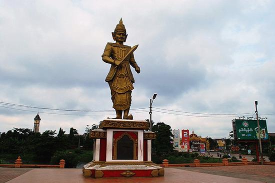 同古老城外矗立的莽瑞体大帝雕像。本文图片 朱诺