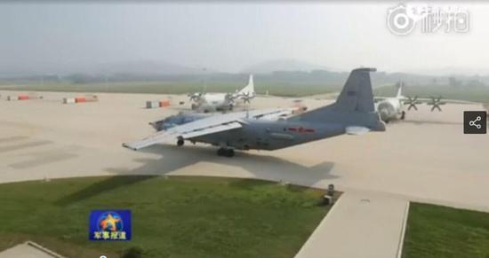 北海舰队航空兵的电子战飞机的操纵战位上,熟练运用各种机载探测设备