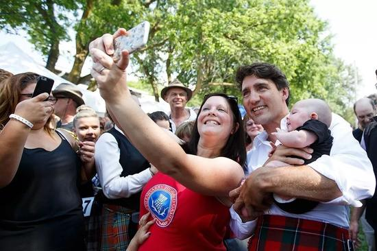 资料图片:加拿大总理贾斯廷·特鲁多与民众互动。(加拿大政府官网)