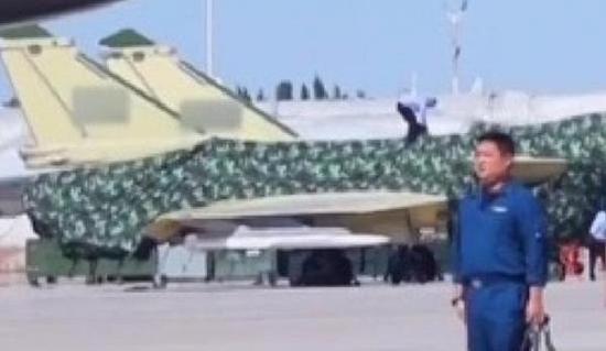 放大图片可以看到中国新型导弹布局与AARGM-ER相当,似乎也没有看到冲压发动机进气口
