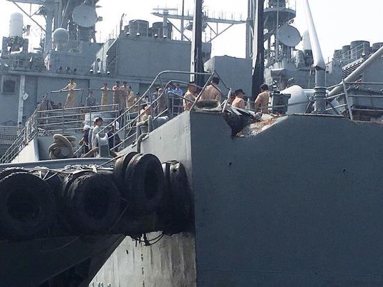"""被巴拿马型货轮撞了的""""左营""""舰 图片来源:高雄港警"""