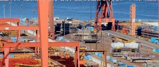 在大连出现的3号和4号055舰模块化组装