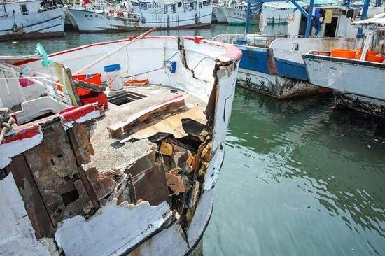 """苏澳籍渔船金福恩2号与""""基隆级""""军舰发生碰撞 图片源自台媒"""
