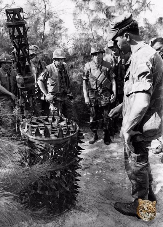 越南军民还在地面设置开关,当美军士兵踩到开关后,头顶上将有一个到处是锋利刃口装满石头的铁桶落在美军士兵头上。