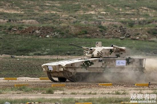"""今年北方工业""""装甲与反装甲日""""活动中,在VN-17外贸步兵战车炮塔侧面首次展示的车载红箭-12导弹"""