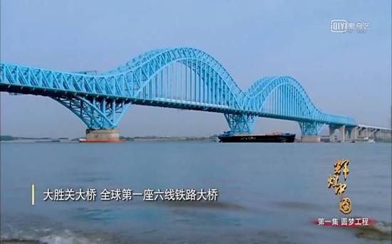 还有长江上的新枢纽——天兴洲大桥,光是高铁每天就要通过260多趟。