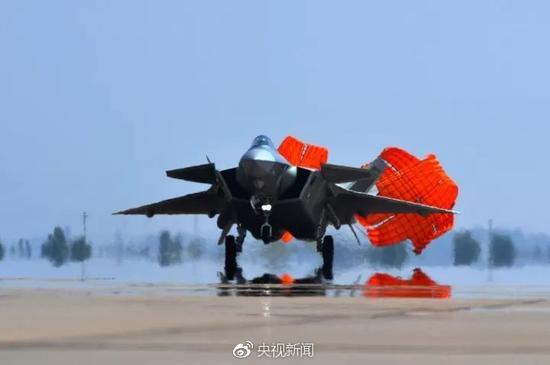 当今,美国有两款投入现役的隐形战斗机,一个是最新执役的F35,一个是10多年前就劈头执役的F22。